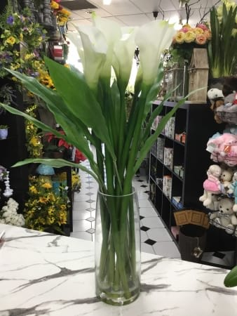 Elagant calla lily in faux water vase